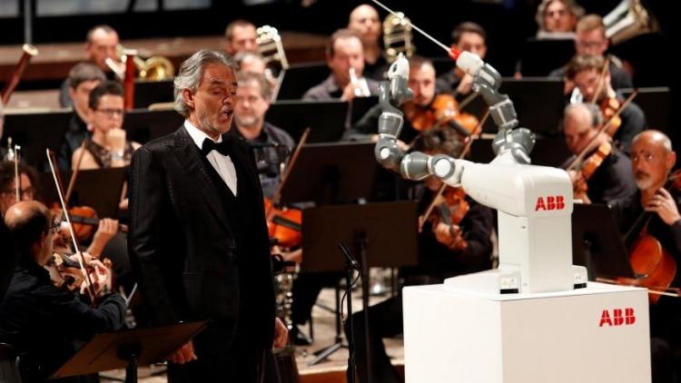 Робот YuMi дирижирует оркестром фото 1