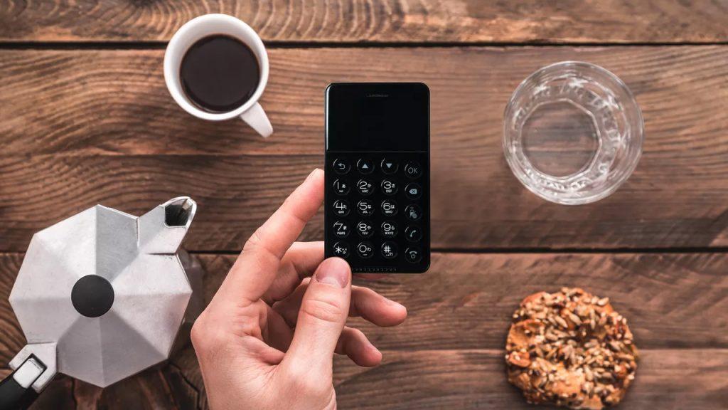 Японская компания готова представить смартфон, размером с кредитную карту